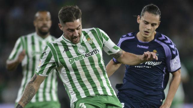 Javi García controla el balón ante la presencia del delantero del Valladolid Enes Ünal (Foto: J. J. Úbeda)