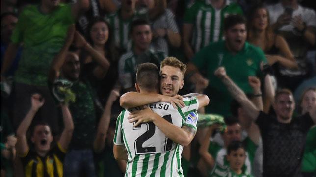 Lo Celso y Loren se abrazan tras el gol del marbellí al Leganés (Foto: J. J. Úbeda/ABC)