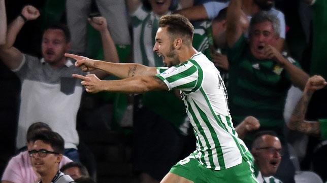 Loren señala con sus brazos a Tello por la asistencia que le dio para marcar el definitivo gol al Leganés (Foto: J. J. Úbeda/ABC)