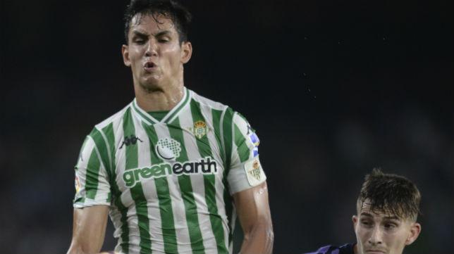 Mandi trata de controlar en el partido ante el Valladolid (Foto: J. J. Úbeda)