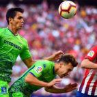 Mandi cabecea un balón sobre Francis en el Atlético-Betis. Foto: AFP
