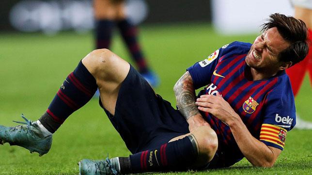 Leo Messi se duele sobre el césped del Camp Nou tras fracturarse el radio (Foto: EFE)