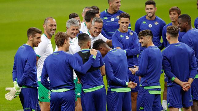 Bromas en el entrenamiento del Betis en San Siro (Foto: Real Betis).