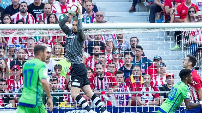 Pau López atrapa un balón aéreo en el Wanda ante el Atlético