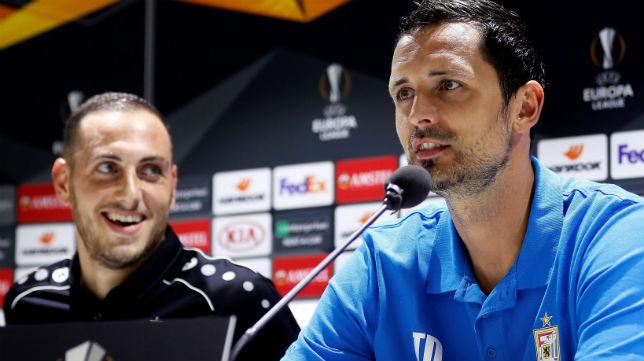 El técnico del Dudelange, Dino Topmöller, y el centrocampista Couturier, en la rueda de prensa previa al partido ante el Betis (Foto: EFE)