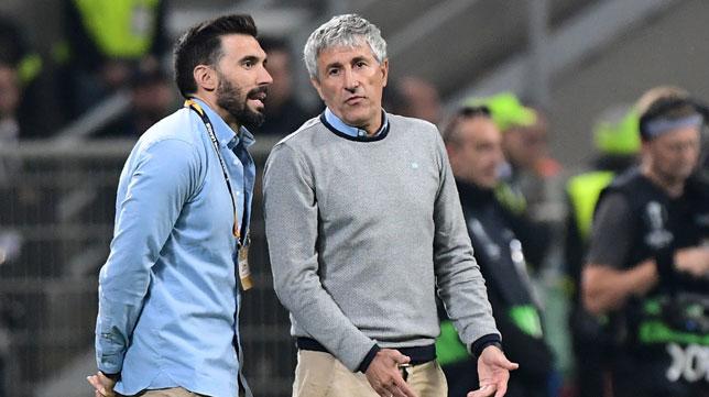 Eder Sarabia y Setién, durante el Milan-Betis en San Siro (AFP)
