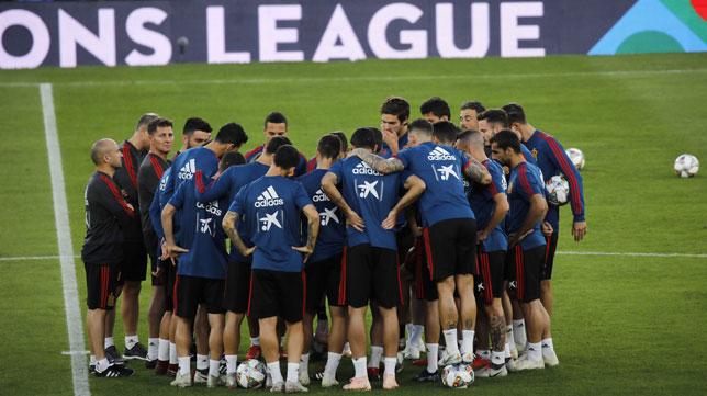 Los jugadores de la selección española hacen piña en el centro del Benito Villamarín (Foto: Raúl Doblado).