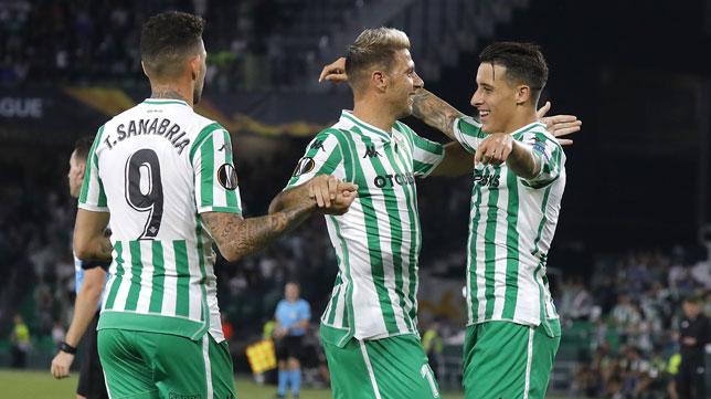 Joaquín abraza a Tello ante Sanabria al marcar el extremo el 3-0 frente al Dudelange (Foto: J. M. Serrano).