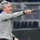 Quique Setién instruye a sus jugadores durante el Milan-Betis (Foto: AFP).