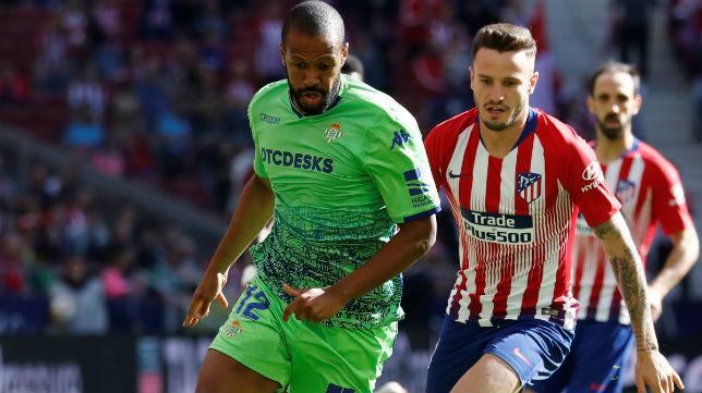 Sidnei es perseguido por el jugador del Atlético de Madrid Saúl (Foto: Reuters)