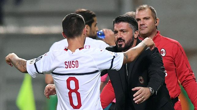 El gaditano Suso se acerca a Gennaro Gattuso para celebrar uno de sus goles al Sassuolo (Foto: Reuters)