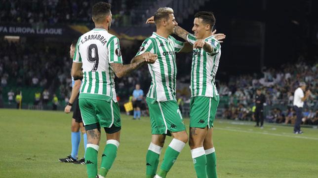 Tello celebra con Joaquín y Sanabria su gol en el Betis-Dudelange. Foto: J. M. Serrano