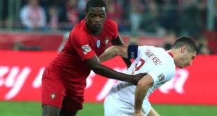 William Carvalho y Lewandowski pugnan en un Polonia-Portugal (Foto: EFE)
