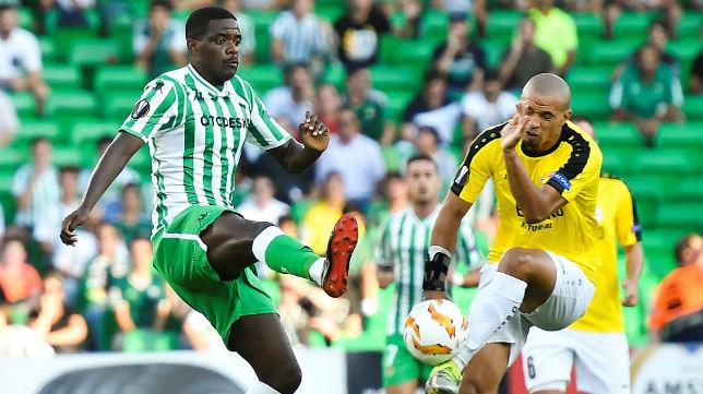 William Carvalho disputa un balón con el jugador del Dudelange Mélisse (Foto: EFE)