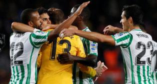 Sidnei, Bartra, Carvalho, Pau López y Mandi se abrazan para celebrar el triunfo del Betis en el Camp Nou (Foto: Reuters)
