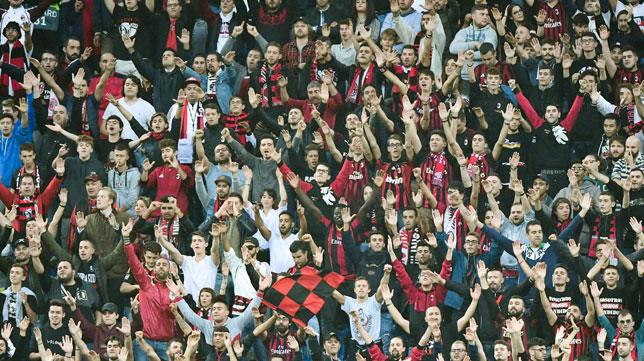 Imagen de la afición del Milan durante el partido contra el Betis en San Siro (AFP)