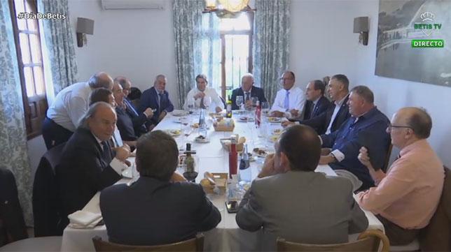 Imagen del Betis TV del almuerzo que el Betis le brindó a los héroes de San Siro del año 77 (Foto: BetisTV)