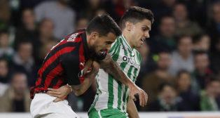 Bartra pugna con Suso por un balón en el Betis-Milan de la Europa League (Foto: EFE)