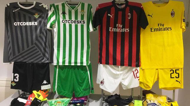 Las equipaciones oficiales del Betis y del Milan para el partido en el Villamarín (Foto: Real Betis).