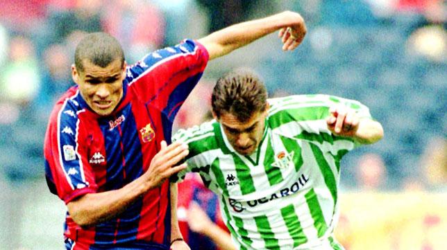 Juan José Cañas pugna con Rivaldo por un balón en el Barcelona-Betis de mayo de 1998 (Foto: Reuters)