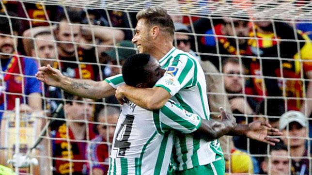 William Carvalho se abrazó a Joaquín tras el tanto del capitán ante el Barcelona (Foto: EFE)