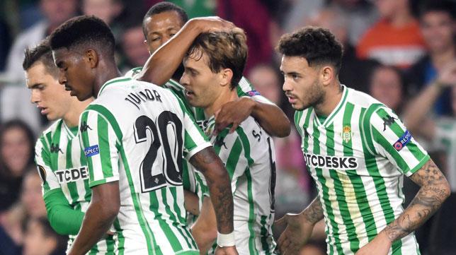 Lo Celso, Sidnei, Junior y Sanabria tras felicitar a Canales por su gol al Olympiacos (Foto: J. J. Úbeda/ABC)