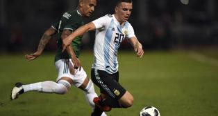 Lo Celso controla el balón ante Luis Rodríguez en el Argentina-México (Foto: AFP).