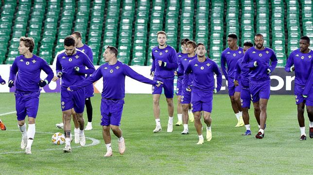 Los jugadores del Real Betis se ejercitan en el Villamarín antes del partido ante el Milan (Foto: EFE).