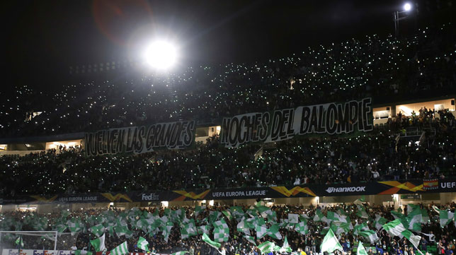 Imagen del tifo con el que el Benito Villamarín recibió al Betis en el encuentro ante el Milan (Foto: Raúl Doblado/ABC)