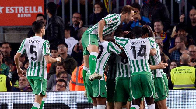 Los jugadores del Betis celebran un gol ante el Barcelona (Reuters)