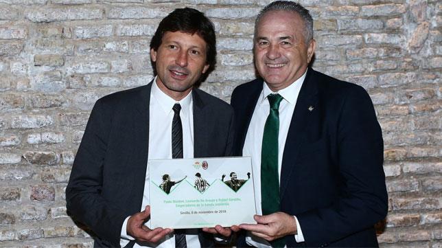 Gordillo y la placa regalada a Leonardo (Foto: AC Milan)