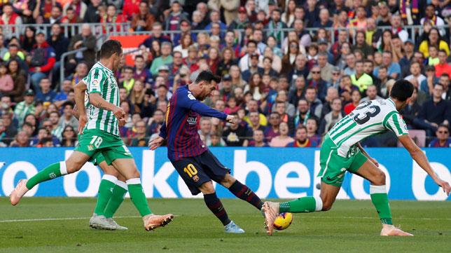 Messi, Guardado y Mandi, en el Barcelona-Betis (Reuters)