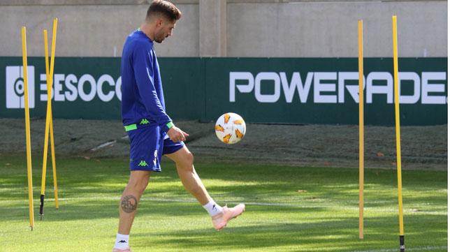 Javi García, tocando balón en la ciudad deportiva (Foto: Real Betis).