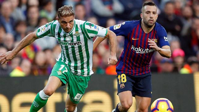 Joaquín se marcha de Jordi Alba en el partido jugado en el Camp Nou (Foto: EFE)