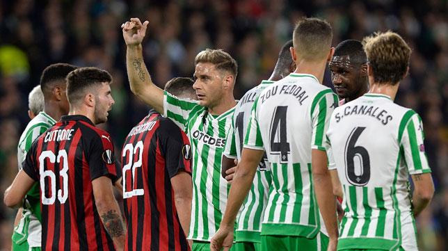 Joaquín hace un gesto durante el Betis-Milan de la Europa League (Foto: AFP)