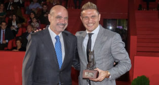 Joaquín, recoge el premio de la mano de José Juan Morales, presidente de ANCCE (Foto: SICAB)