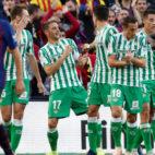 Loren, Joaquín, Bartra, Guardado, Tello y William Carvalho, en el Barcelona-Betis (Reuters)