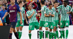 Loren, Joaquín, Bartra, Guardado, Tello y William Carvalho, en el Barcelona-Betis (Reuters)