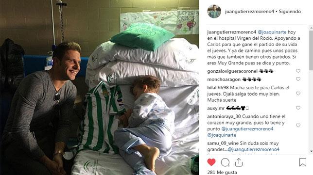 Joaquín, junto a un niño en el hospital (@juangutierrezmoreno4)