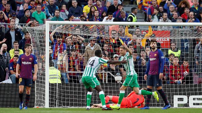 William Carvalho y Joaquín celebran un gol ante Sergi Roberto y Piqué, en el Barcelona-Betis (Reuters)