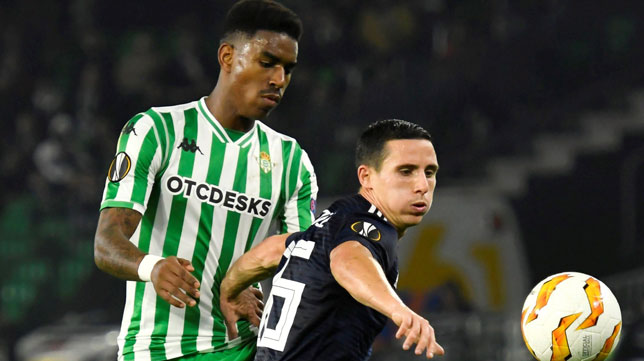 Junior pelea un balón con un jugador del Olympiacos (Foto: EFE)