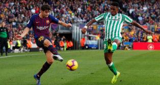 Junior y Sergi Roberto, en el Barcelona-Betis (Reuters)