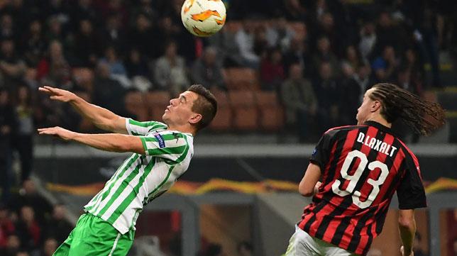 Laxalt salta con Lo Celso por un balón en el Milan-Betis de la tercera jornada de la Europa League (Foto: AFP)