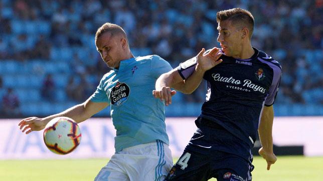 Lobotka controla un balón ante Alcaraz en el Celta-Valladolid (Foto: EFE).