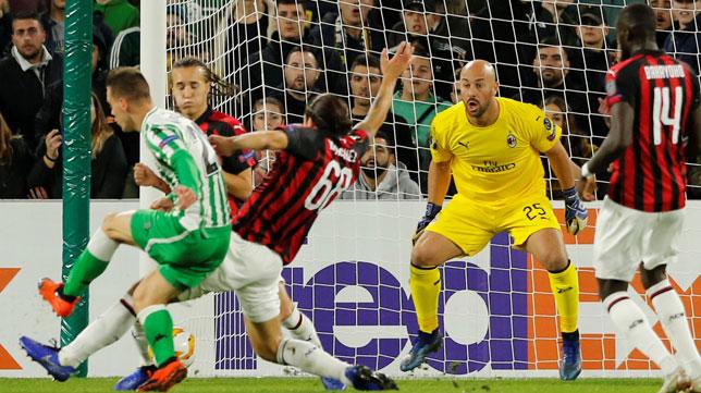 Lo Celso, en el momento de rematar a gol en el Betis-Milan (Foto: Reuters)