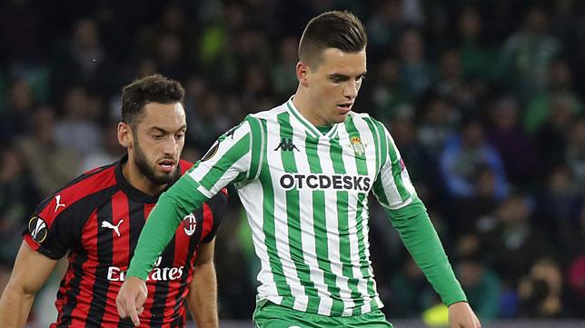 Lo Celso trata de hacer una jugada ante Çalhanoğlu (Foto: Raúl Doblado/ABC)