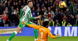 Loren bate a Sergio en el Betis-Celta (EFE)