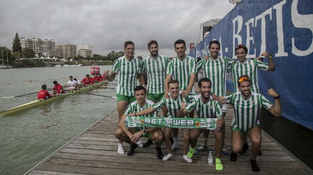 El ocho bético celebra su triunfo en la regata (Foto: María José López Olmedo)