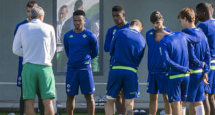 Setién habla con sus futbolistas antes del inicio de un entrenamiento (Foto: J. J. Úbeda)