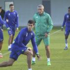 Setién participa en un rondo de un entrenamiento junto a varios jugadores (Foto: Rocío Ruz)